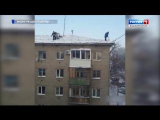 В Уфе рабочие сбросили лопаты с крыши на припаркованные автомобили (VHS Video)