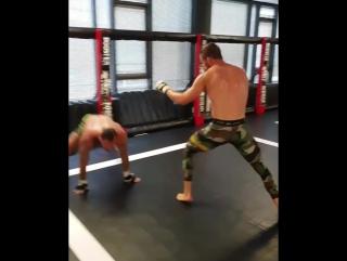 Экс-чемпион М-1 Штефан Пютц отрабатывает защиту от проходов в ноги
