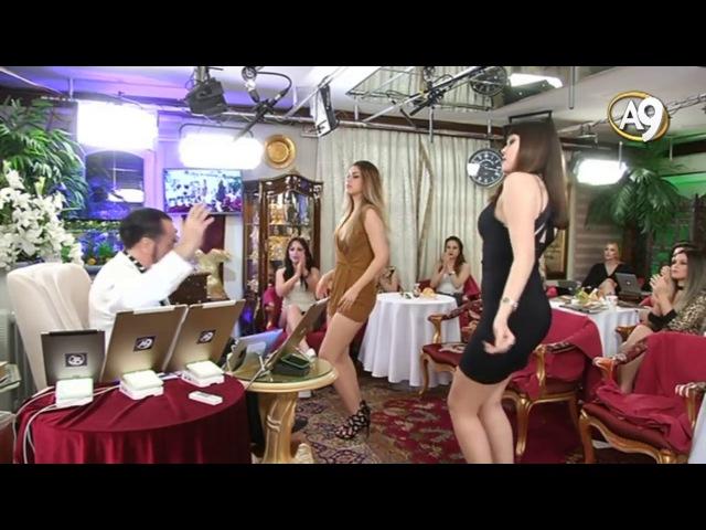 Adnan Oktar iki güzelin dansına eşlik etti offf müzikte iyi