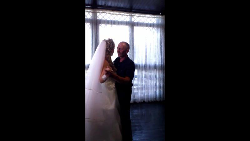 Невеста танцует с её отцом