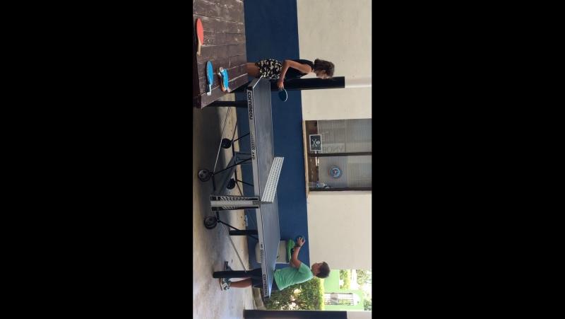 Анна играет пинг-понг.