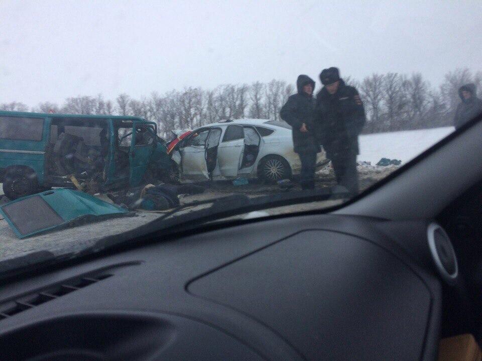 Под Чистополем столкнулись микроавтобус и иностранная машина - шесть человек пострадали, один умер