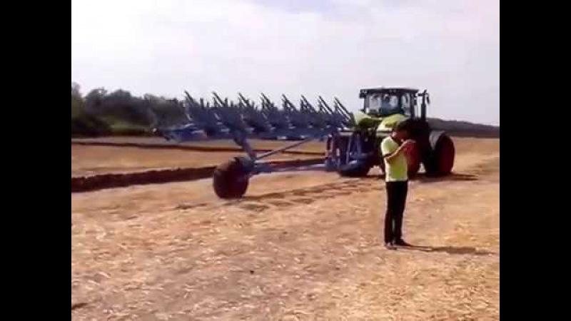 79 Трактор Claas с почвообрабатывающим орудием