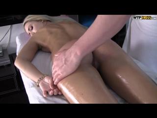 Член массажиста удовлетворил горячую блондинку (massage, wet pussy, порно массаж, мокрая киска)