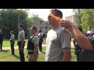 Полицейская академия в США тестирует кадетов на невозмутимость при помощи резиновой курицы