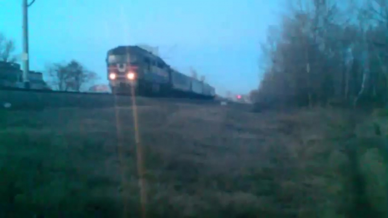 ТЕП70 Регіональний поїзд 759 Бахмач Кременчук З причіпним вагоном 961 Гадяч Кременчук пролітає повз платформу Череднички