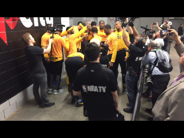 Golden State Warriors (3-0) pregame tunnel huddle run incl Kevin Durant dance move, Game 4 vs POR