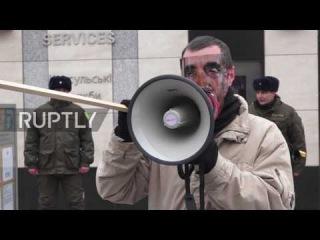 Украина: Трамп поклонник оставил хлеб за пределами посольства США, чтобы приветствовать в нового президента.