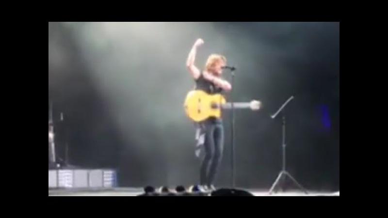 MANUEL CARRASCO emociona a todos los Marbelleros cantando a Marbella y Pablo Raez!