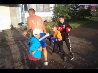 банда лилипутов напала на парня ,один даже палкой вооружен2017.07.11.