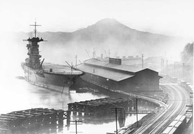 USS Lexington (CV–2) снабжает электроэнергией город Такома, США, 1929 год.