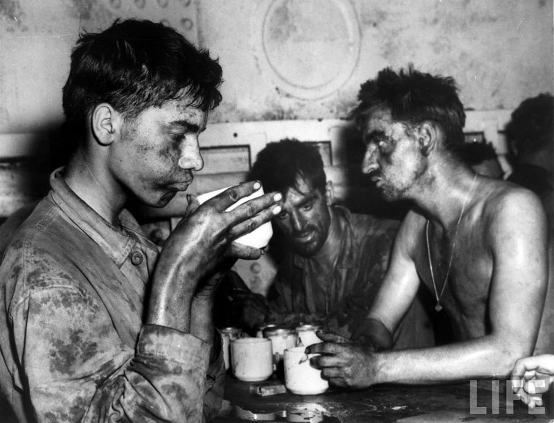 Морские пехотинцы после двух суток боев на атолле Эниветок, 1944 год.