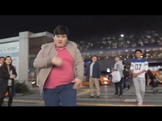Казахстанец привел в восторг жителей Сеула невероятным уличным танцем (видео)
