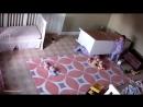 2 yaşındaki bir uşax, ekiz kardaşini üzerine düşen dolaptan kutardı. O anlar, otaxda olan güvenlik kamerasına yansıdı.