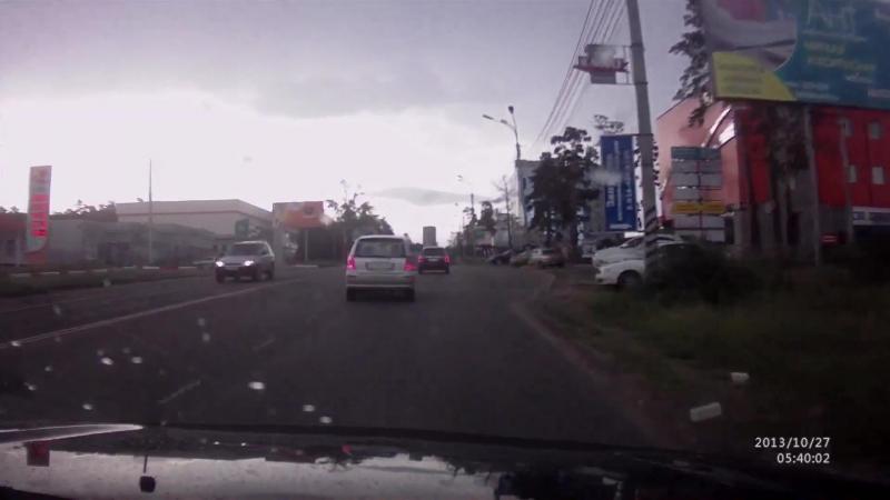 Очевидец заснял удар молнией в дерево по улице Шилова ⚡