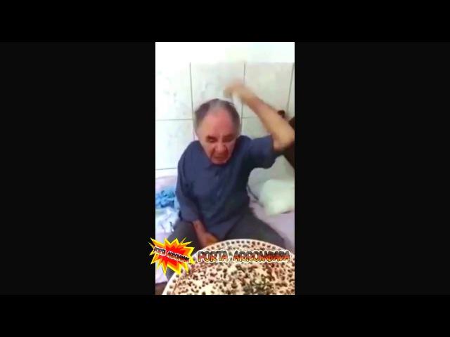 Exame de Próstata Velho fica muito irritado com o Médico (vídeos engraçados)