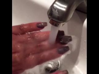Ногти меняют цвет под водой!