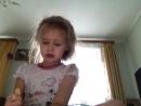 Лилия делает лук и стрелы из палочек для суши