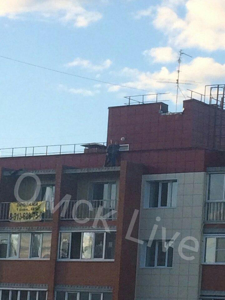 Фото: парочка из Омска устроила свидание на самом краю крыши