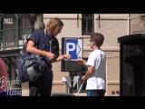 Слепой мальчик просит разменять деньги