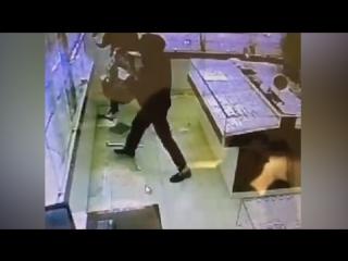 Вооружённые преступники ограбили ювелирный магазин в Петербурге