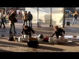 Парни отжигают на ведрах-барабанах в Москве
