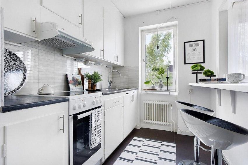 Скандинавский интерьер: квартира 33,5 м с большим окном между кухней и комнатой.