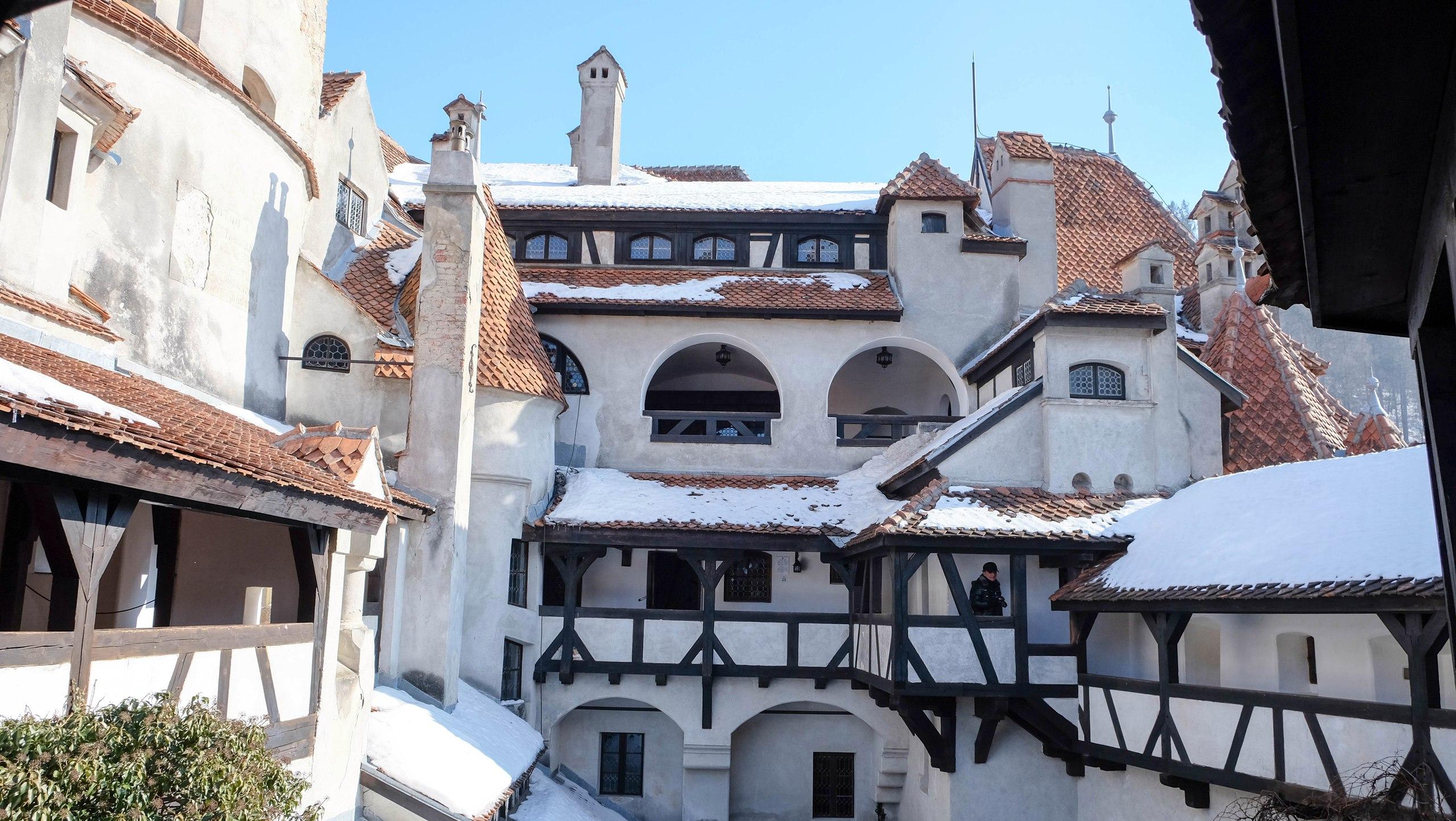 замок Бран Румыния фото дворика