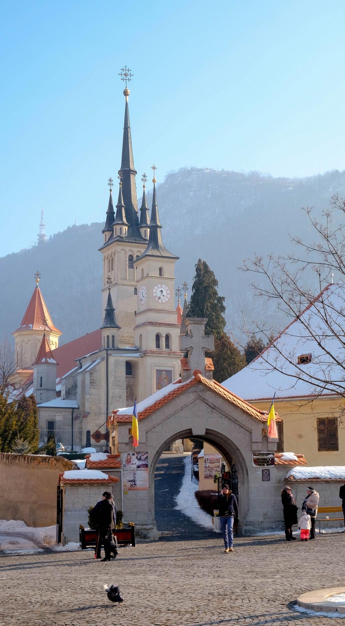 Брашов Румыния - собор святого Николая зимним утром