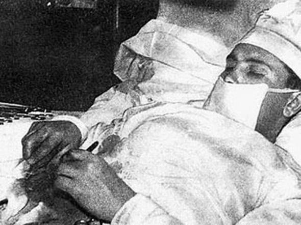 В 1961 году доктор Леонид Рогозов самостоятельно удалил себе аппендикс.