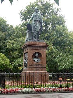 Памятник Н.М.Карамзину (1766-1826) в г.Ульяновске. Установлен в г.Симбирске в 1845 г. Это первый памятник в Российской империи, установленный в память о личности нецарского происхождения