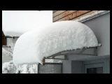 Железный козырёк почти оторвался от стены дома под тяжестью снега в Череповце
