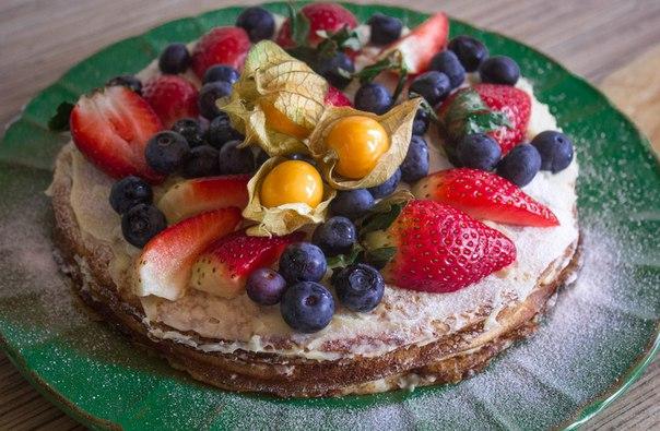 Блинный торт с кремом и ягодами