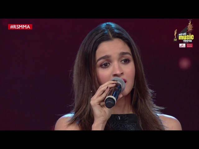 Alia croons Humsafar from Badrinath ki Dulhania at Royal Stag Mirchi Music Awards | RSMMA