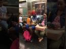 Парень в метро не глядя собирает кубик Рубика