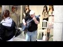 Мужчина певец поет на улице CRANBERRIES – zombie под гитару