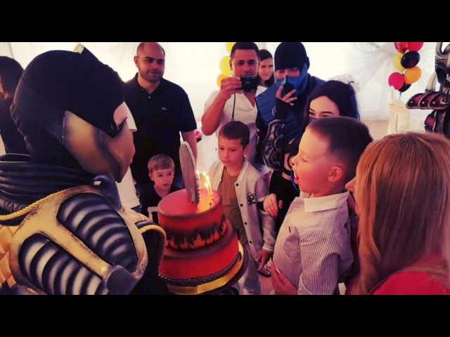 Артём Пынзарь вместе с друзьями задувает свечи на своём праздничном торте