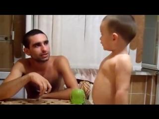 Pai ensina o filho de 3 anos a fumar