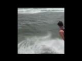 Когда включили не ту музыку и ты драматично упал в воду как герой и словил флэшбек
