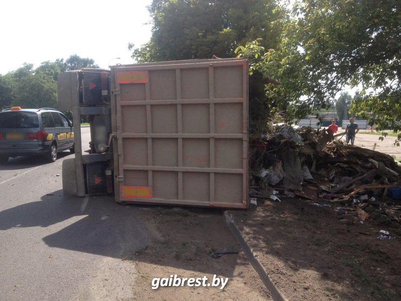 В Бресте водитель мусоровоза допустил его опрокидывание