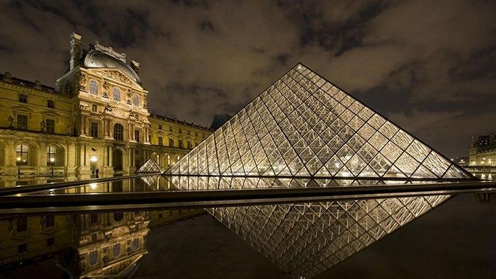 Стеклянная пирамида Лувра, построенная в 1989 году во дворе Наполеона по проекту знаменитого американского архитектора Бэй Юймина, служит в качестве главного входа в знаменитый музей и является одним из символов современного Парижа.