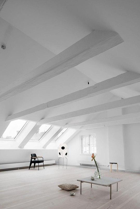 STUDIOMAMA — РЕКОНСТРУКЦИЯ ЧЕРДАКА ТРЁХСОТЛЕТНЕГО ЗДАНИЯ Студии Studiomama удалось вдохнуть новую жизнь в пространства, которые разместились под самой крышей трёхсотлетнего здания, расположенного в историческом центре Стокгольма.