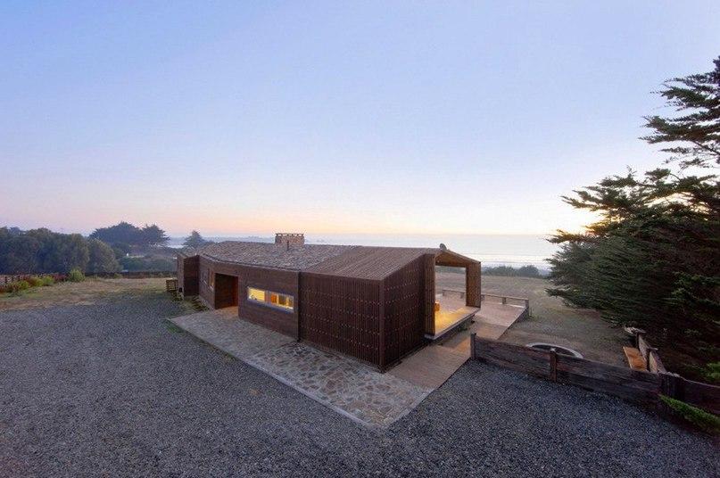 Дом для серфингиста на берегу океана в Чили  Проектная студия LAND Arquitectos представиа частный дом Plinth в курортном городе Пичилему в Чили.