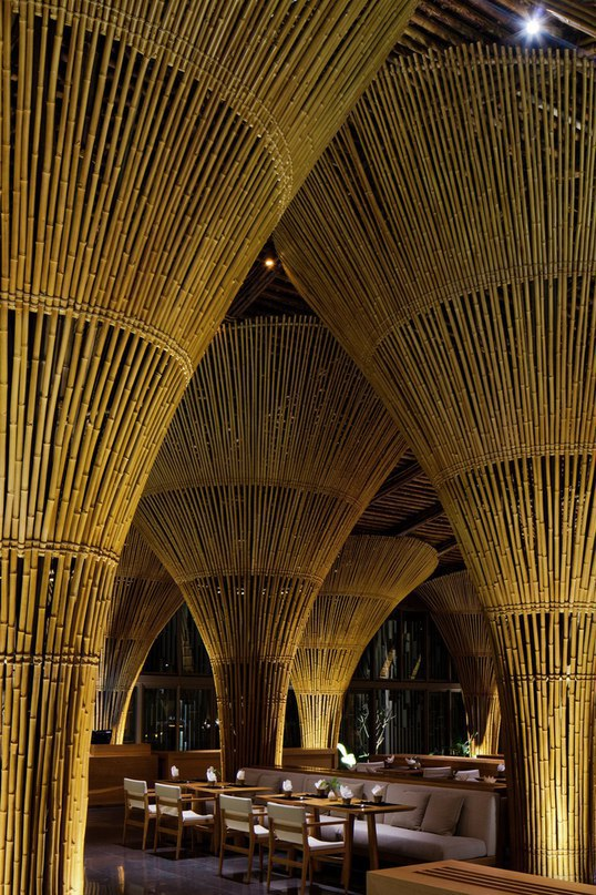 Одним из последних проектов компании Vo Trong Nghia Architects является работа по оформлению ресторана-бара Hay Hay Restaurant and Bar, расположенного в Дананге, Вьетнам, и занимает площадь 2224 квадратных метров.