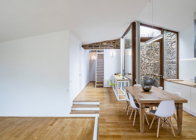 Архитектурная фирма Cubus Arquitectura завершила работу над реконструкцией старого погреба в современный жилой дом A'Bodega.