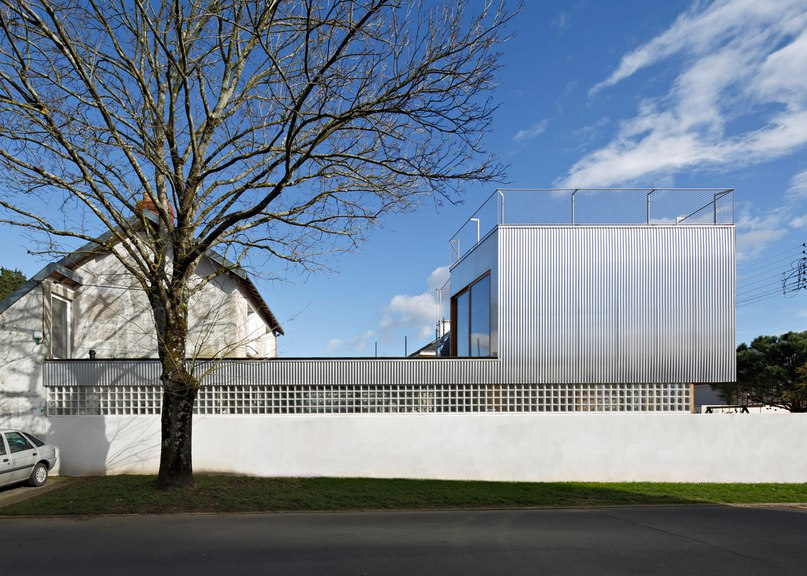 Mabire-Reich's Landscape House features metal walls and a sloping roof terrace (Part 1)