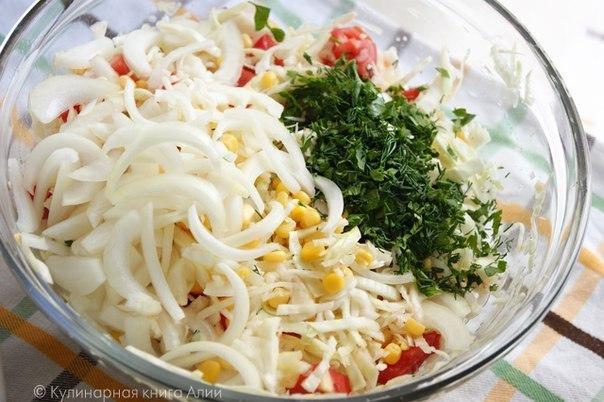 """Салат """"Летний"""" Ингредиенты: 0,5 маленького кочана белокочанной капусты 1 крупный"""