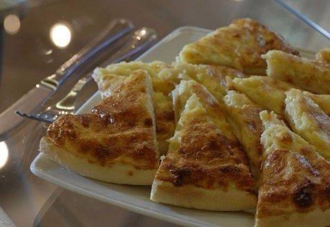 Хачапури к завтраку Приготовление: Взбить венчиком 1 яйцо потом влить