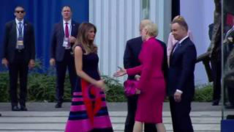 Polonya Başbakanının Eşi Trumpın Uzattığı Eli Sıkmadı!