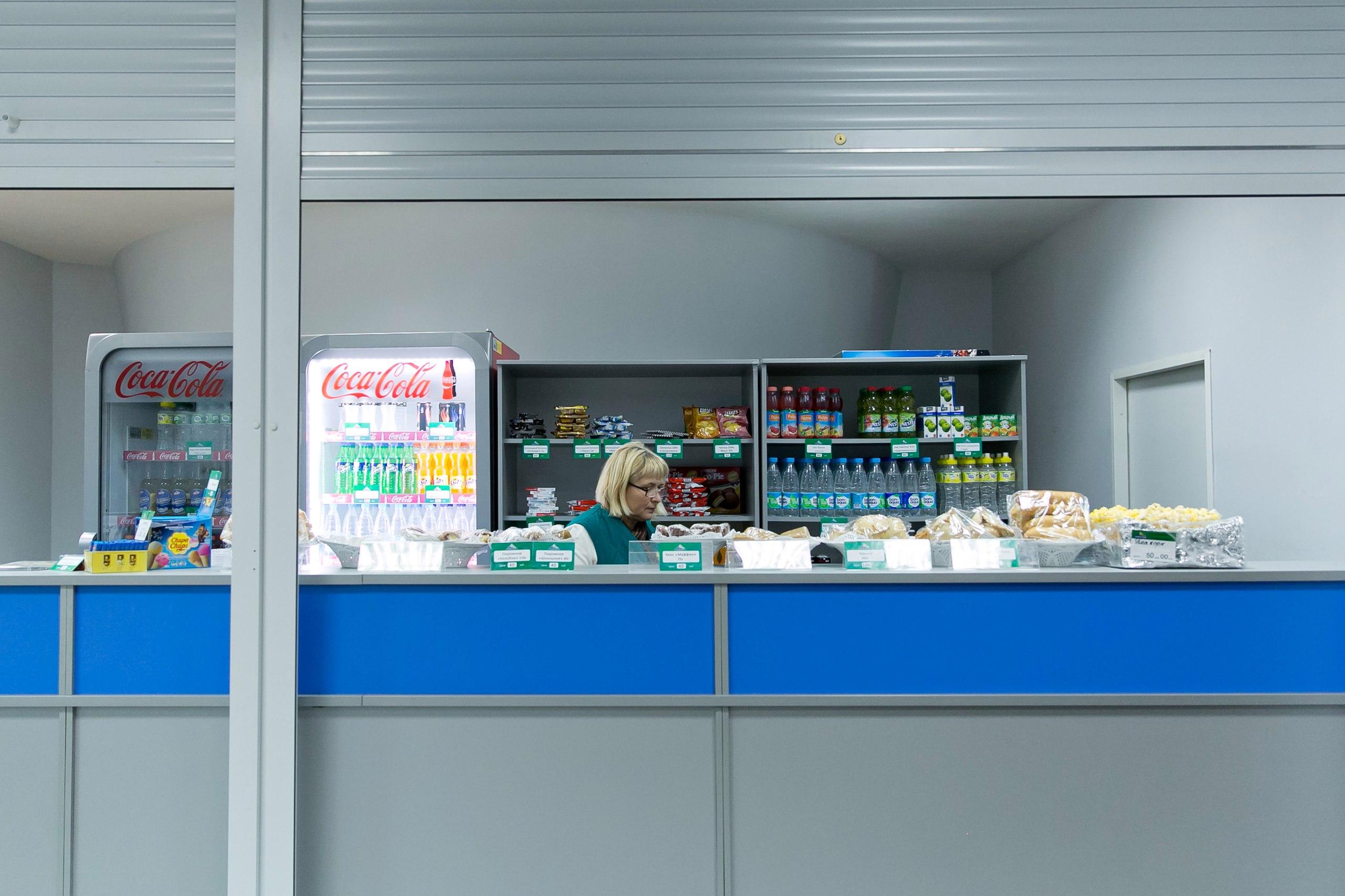 На матчах Агидели одежду и сувенирную продукцию вы не купите. Работает одна  точка питания и небольшое кафе. Хотите кепку или вымпел - обращайтесь в  клубные ... 5a10f76eb41